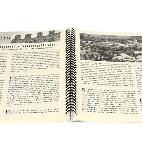 libro abierto impreso en negro encuadernado en wire-o