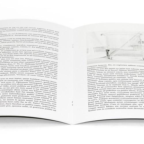 detalle de un libro abierto impreso en negro y grapado