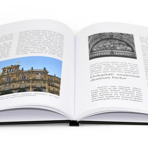 libro abierto impreso con fotos en color y en negro con la tapa de cartone
