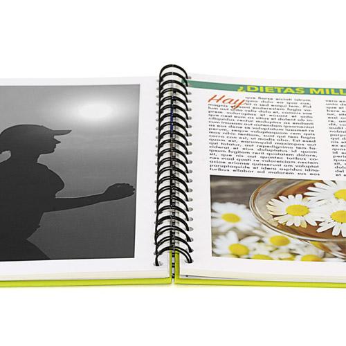 libro abierto impreso con fotos en blanco y negro y en color encuadernado en wire-o con tapa dura