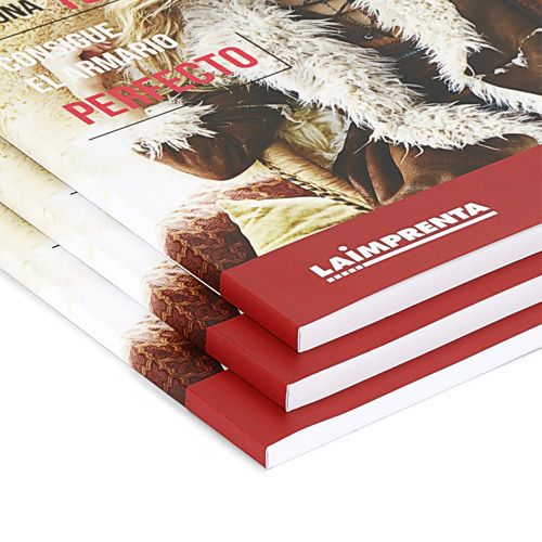 detalle del lomo de unas revistas encuadernadas en rustica o tapa blanda