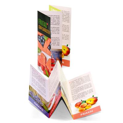 detalle del plegado en zig-zag de un folleto desplegable de 4 cuerpos