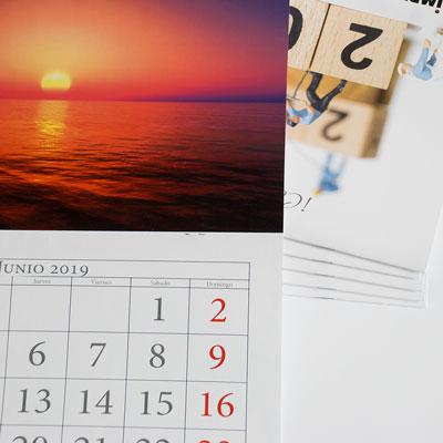 detalle de impresión de un calendario de pared grapado