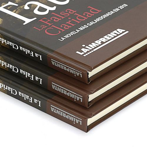 detalle del lomo de libros blanco y negro encuadernados en tapa dura encolada