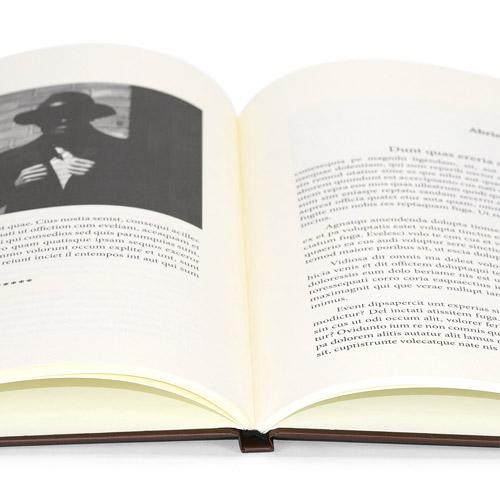 libro abierto impreso en negro y encuadernado en tapa dura